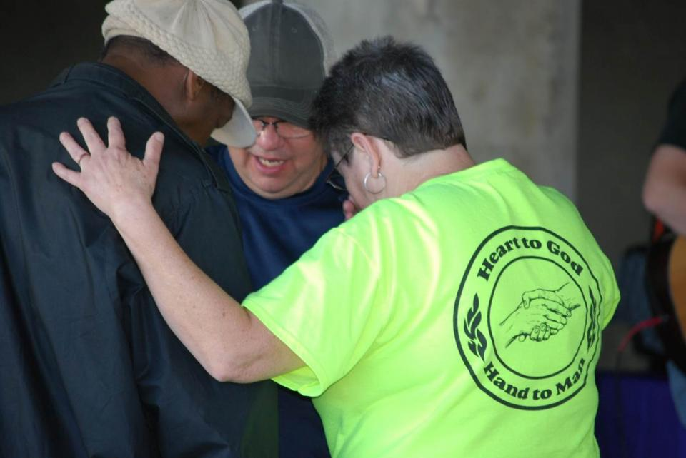 Darlene Jackson Prays with the Homeless